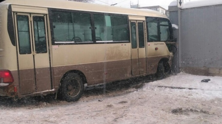 На улице Коммунистической автобус влетел в забор департамента городского хозяйства