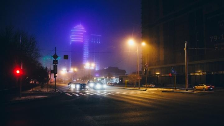 Улицы Тюмени заволокло туманом с запахом гари, но МЧС заверяет: всё в порядке