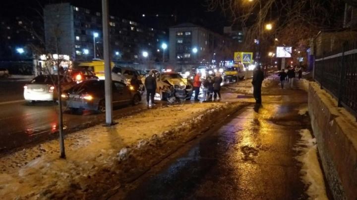 Авария на улице Малыгина: за рулем обеих иномарок находились женщины