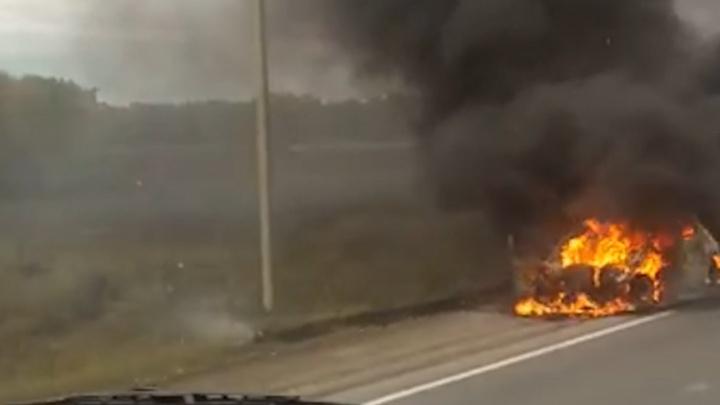 «Было страшно, огонь раздувало в разные стороны»: на трассе под Челябинском сгорела машина