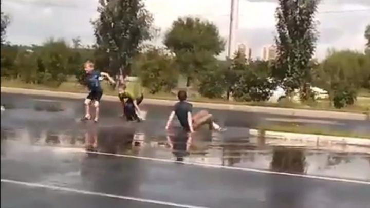Купальный сезон в разгаре: тюменец снял на видео, как дети плюхаются в луже