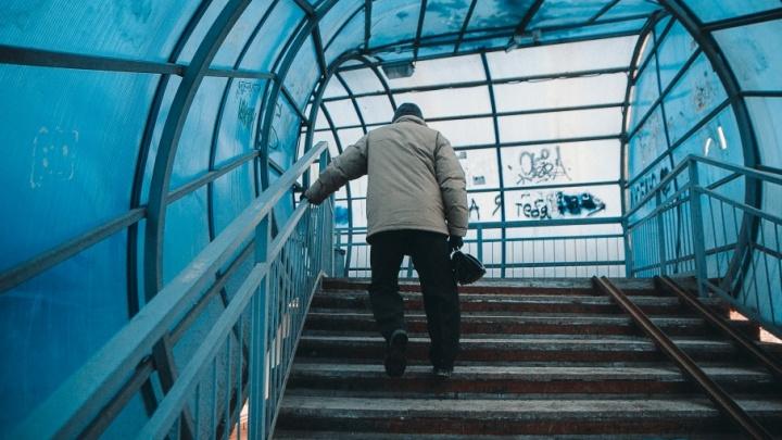 Надземный переход на Федюнинского, где упал и ударился инвалид, оказался ничейным