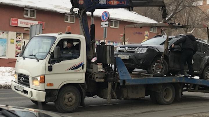 В Самаре водитель легковушки запрыгнул на эвакуатор, чтобы сесть в кабину своей машины