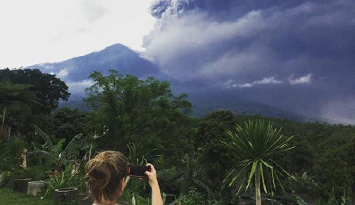 Это было грандиозно! Ярославцы делают селфи на фоне извергающегося вулкана на Бали