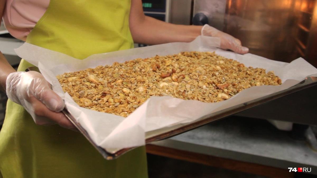 Гранола — это традиционный для США снек, содержащий плющеную овсяную крупу, орехи и мёд