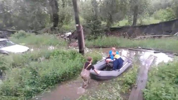 Из-за дождей жители архангельской «деревяшки» вынуждены выбираться из дома на лодках