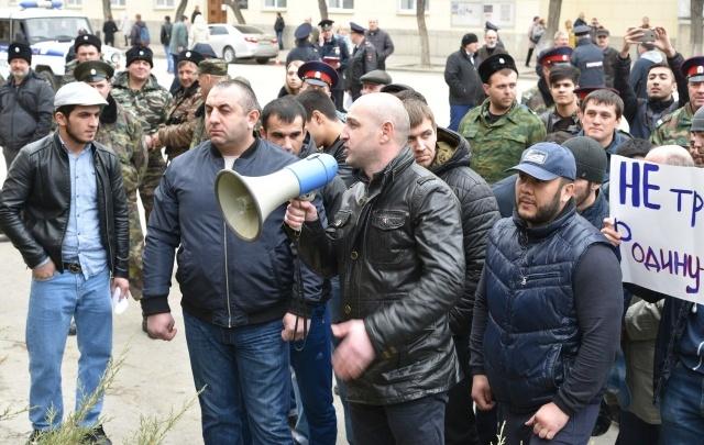 Волгоград встретил Навального казаками, полицией и бросками бутылок