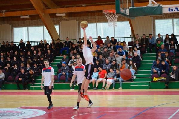 В турнире приняло участие шесть любительских команд