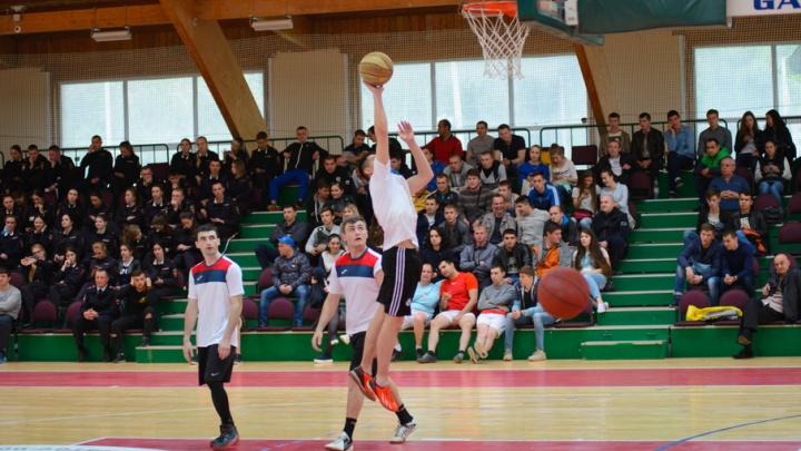 Полицейские, студенты и казаки посоревновались в баскетболе