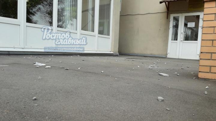 Падающие куски фасада с ростовской многоэтажки пугают жильцов