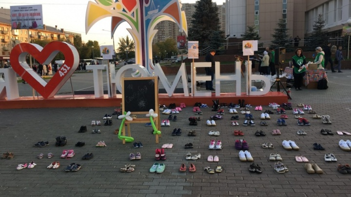 «Они могли бы пойти в школу»: в центре Тюмени выложили обувь в память о неродившихся детях