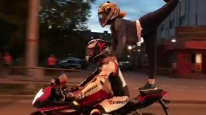 «Страшно было не удержать равновесие»: пермячка выполнила опасный трюк, стоя на мотоцикле