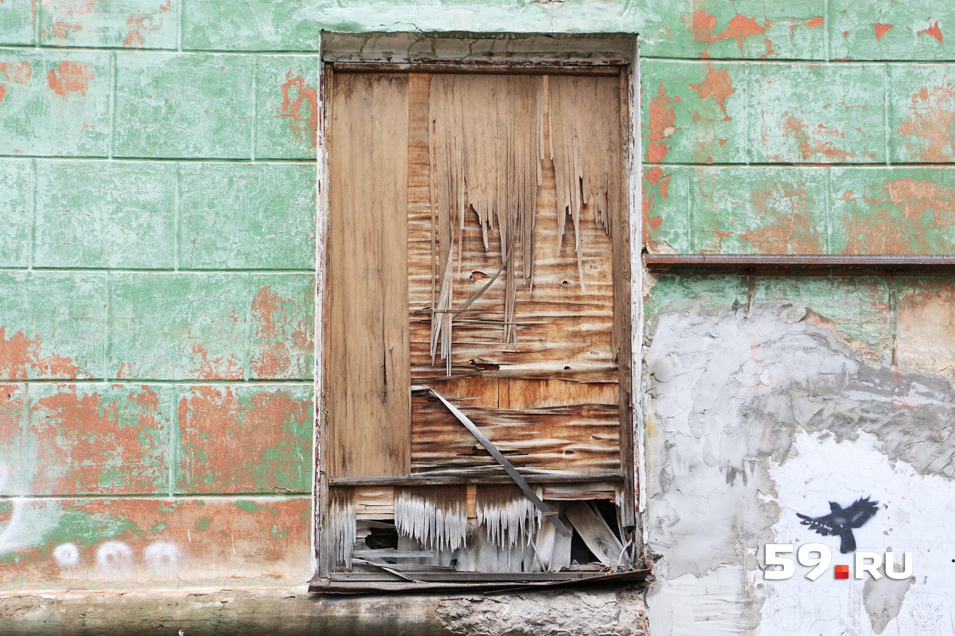 Окна некоторых помещений заколочены фанерой