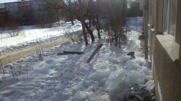 У многоэтажки в Ярославле под тяжестью нечищенного льда обрушился водосток