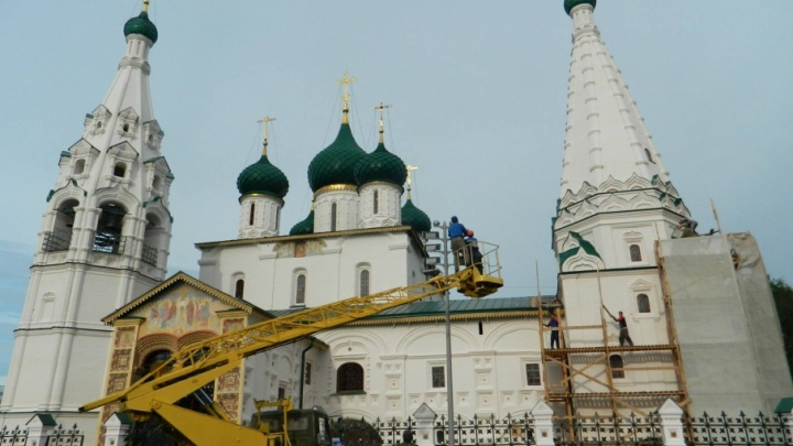 Вокруг церкви Ильи Пророка расставили восьмиметровые столбы