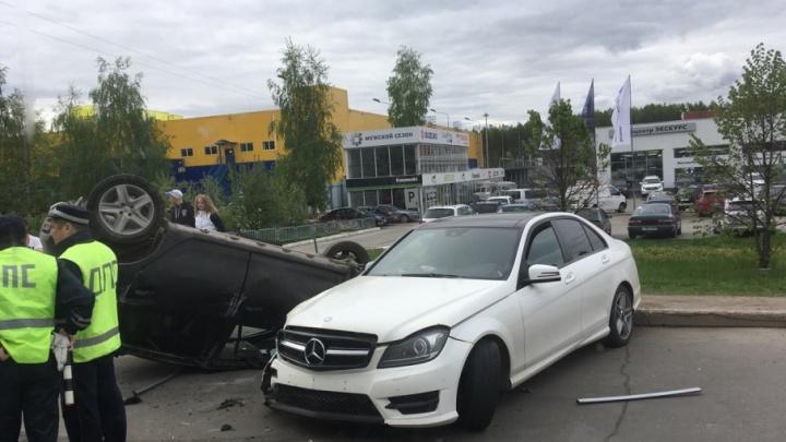 В Перми на проспекте Парковом Renault столкнулся с Mercedes и перевернулся на крышу: пострадал водитель