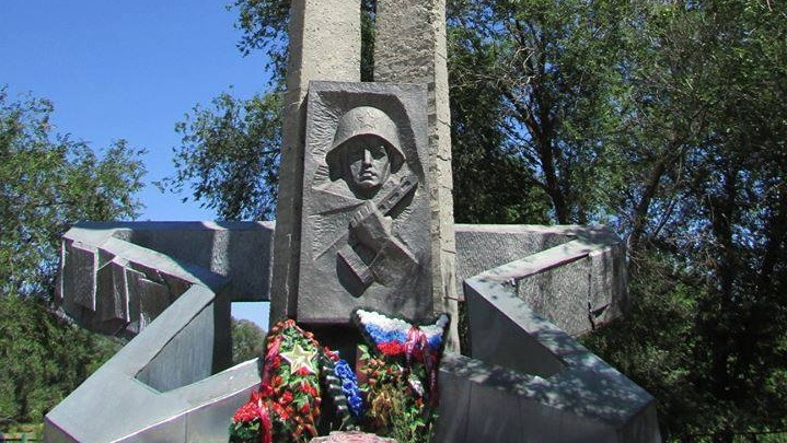 В хуторе Вертячем Волгоградской области разрушается памятник на братской могиле