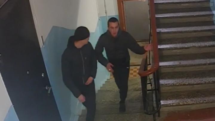 Двое парней проникли в квартиру челябинки под видом покупателей и вынесли все ценные вещи