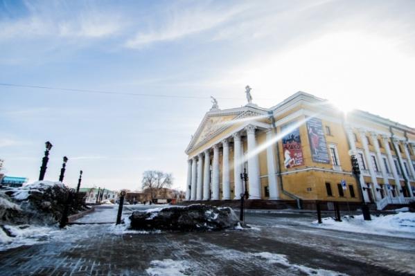 В начале марта парковку около оперного театра закрыли по поручению губернатора