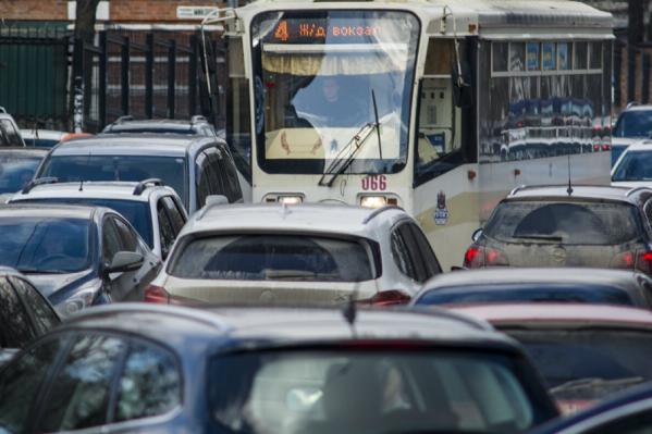 Ростовские водители простаивают в заторах, образовавшихся на улицах города