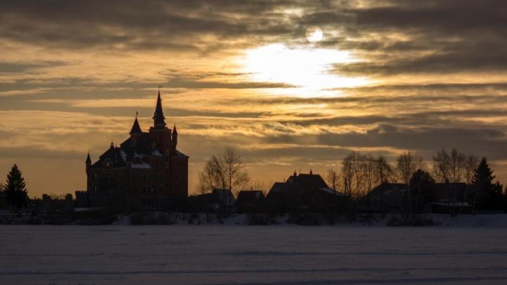 Золотое небо над заснеженным озером: любуемся лучшим тюменским кадром февраля по версии читателей 72.ru