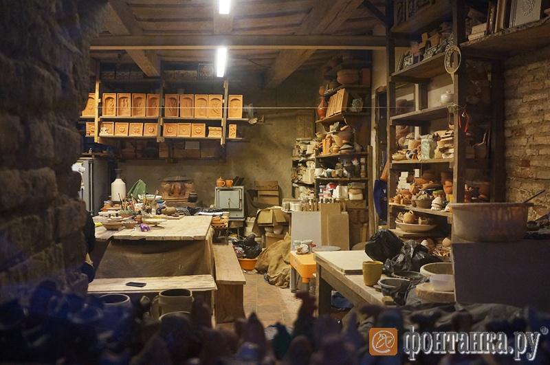 В мастерских художников проводятся мастер-классы, они открыты для посещения - за это художники получают большую скидку на аренду