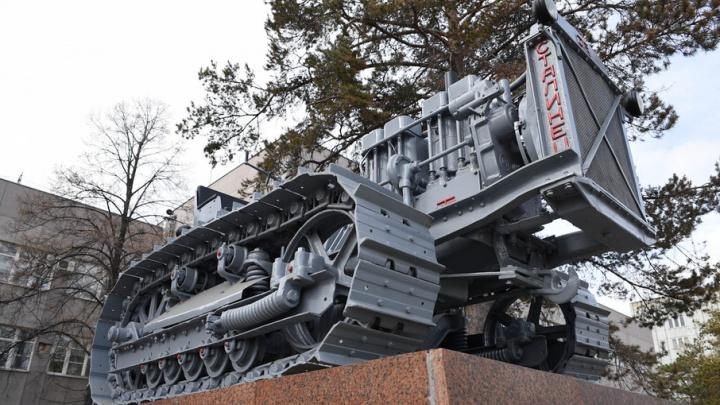 Памятник первому трактору ЧТЗ вернули на место после реставрации