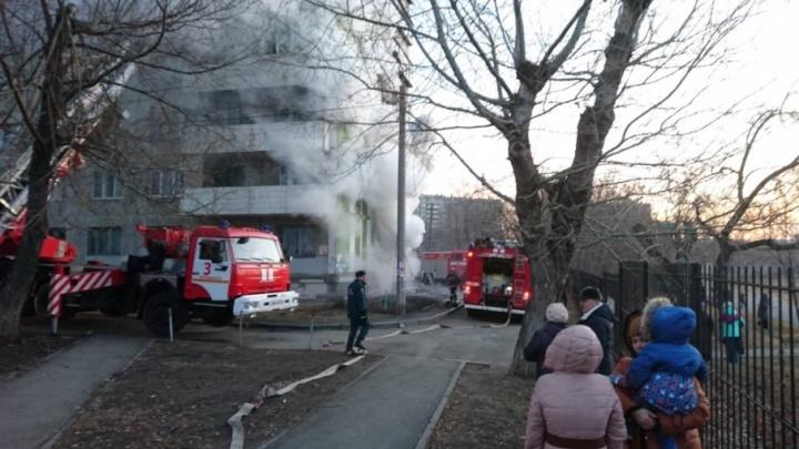 «Двое погибли, двое в больнице»: МЧС подвело итоги пожара в челябинском общежитии