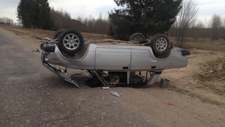 В Устьянском районе водитель не смог справиться с отечественной легковушкой и съехал с дороги