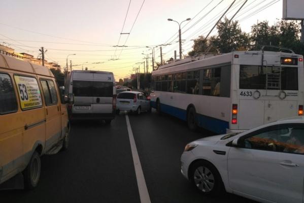 Легковушка и троллейбус не поделили дорогу напротив Дворца спорта