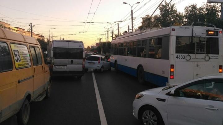 На Первой Продольной столкнулись «Лада» и троллейбус, собирается пробка