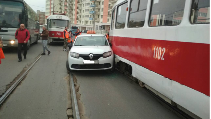 Пошли на принцип: на Тухачевского дорогу не поделили такси и трамвай