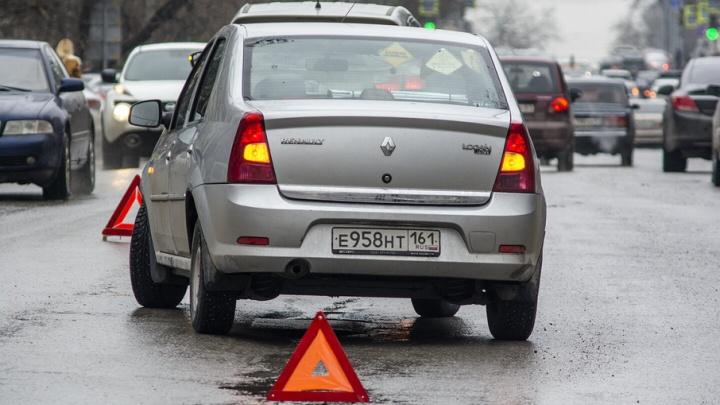 На Шолохова колесо автомобиля провалилось под асфальт