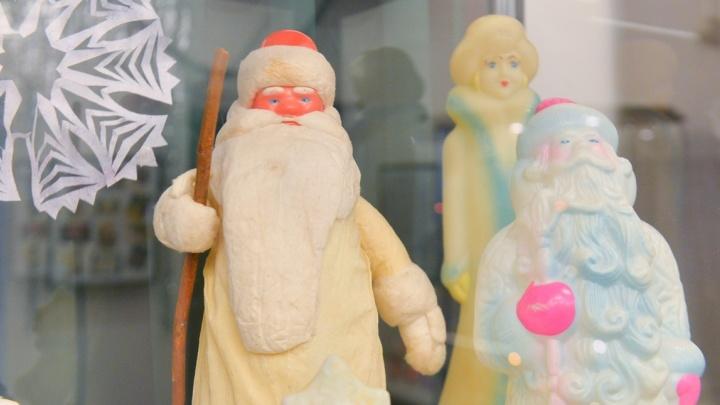 Стеклянный Дед Мороз и звезда из бисера: в Музее истории Екатеринбурга собрали старинные ёлочные игрушки