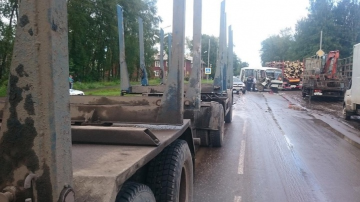 В Котласе КАМАЗ проехал на красный и врезался в рейсовый автобус