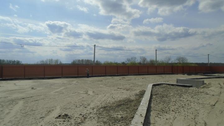Тюменец незаконно перегородил пляж в Верхнем Бору металлическим забором