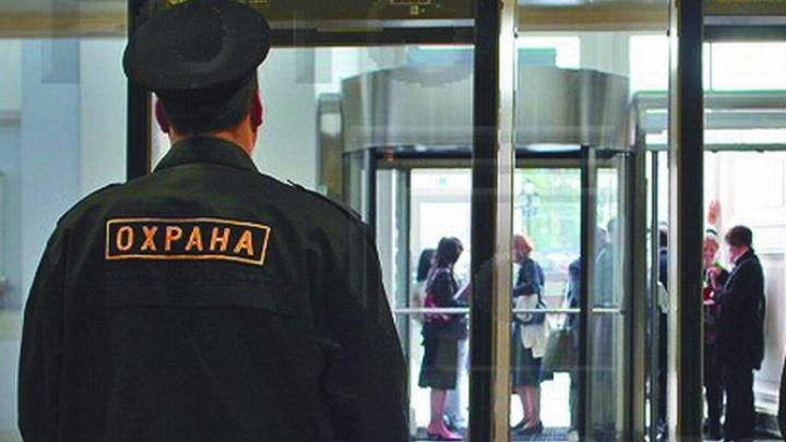 «Сейчас разберемся»: в Архангельске северянку избил охранник одного из крупных магазинов города