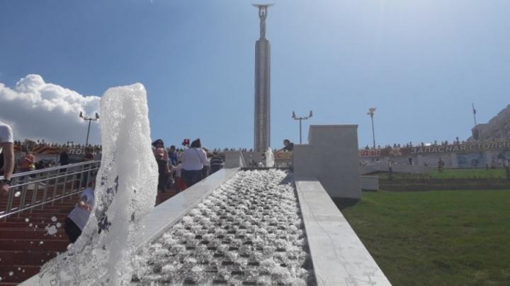Каскады и бьющие из-под земли струи: на спуске площади Славы включили фонтаны