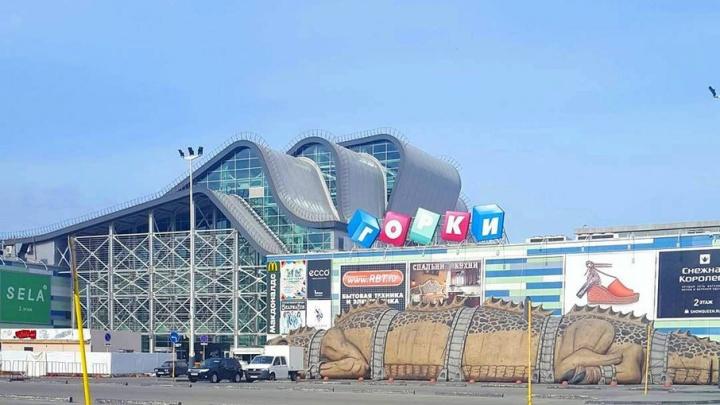 Возле ТРК в Челябинске появился огромный дракон