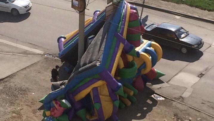 Детский батут в микрорайоне «Парковый» вылетел на дорогу