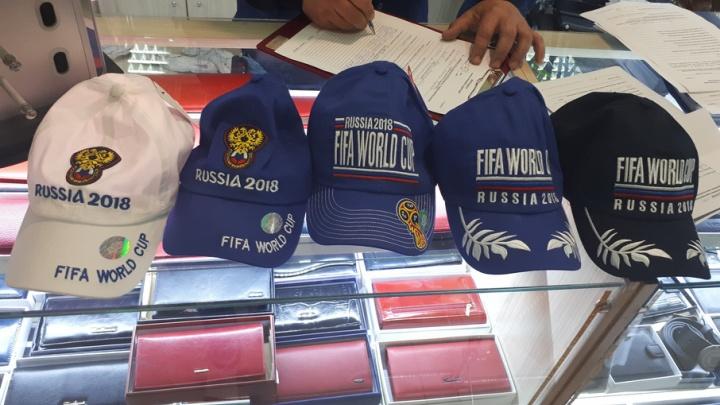 В Самарской области торговцы начали подделывать одежду с логотипами FIFA