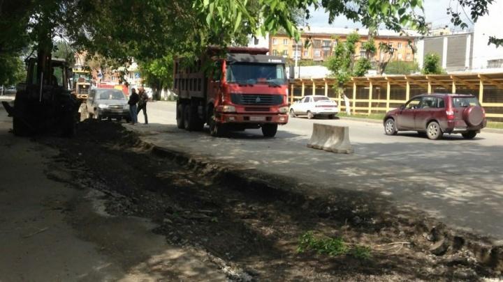«Это зверство»: рабочие разрыли газон под парковку в Советском районе Челябинска