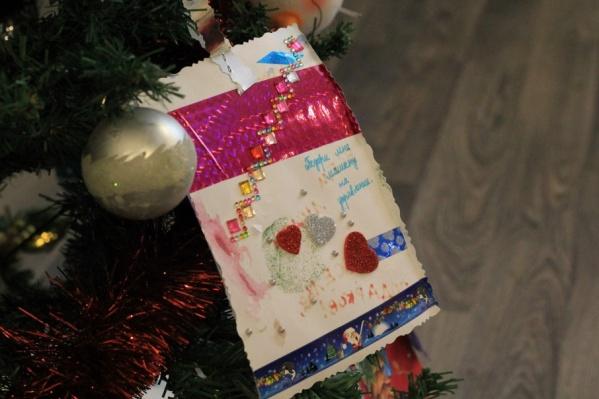 Девчонки и мальчишки в основном просят недорогие подарки, главное для них — внимание