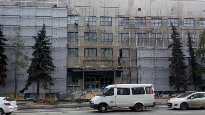 Судьбу барельефа Ленина и Маркса, снятого со здания бывшего музея ИЗО, решат с помощью опроса