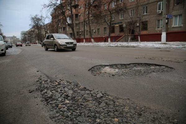 Эти ямы на дороге обещают отремонтировать при первой возможности