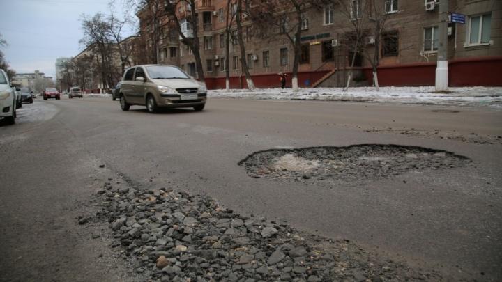 В Волгограде начали латать новый прочный асфальт на дорогах