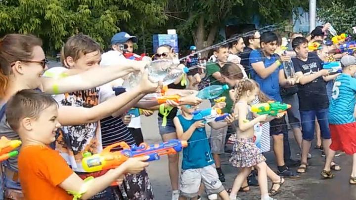 Жара в Волгограде: водяная битва, фестиваль скорости и ночная экскурсия