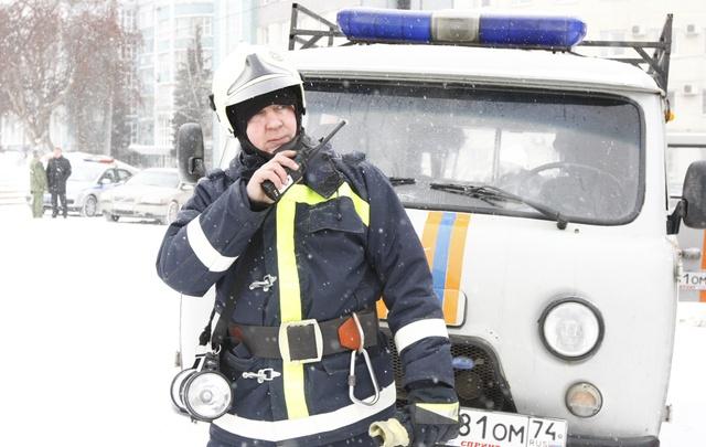 Челябинские спасатели сняли с балкона юного паркурщика, повредившего ногу