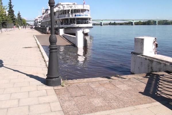 Вода подбирается к пешеходной зоне