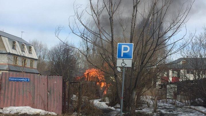 Второй случай за два дня: на Лесобазе загорелись надворные постройки